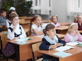 elevi in banci-educație-educatoare