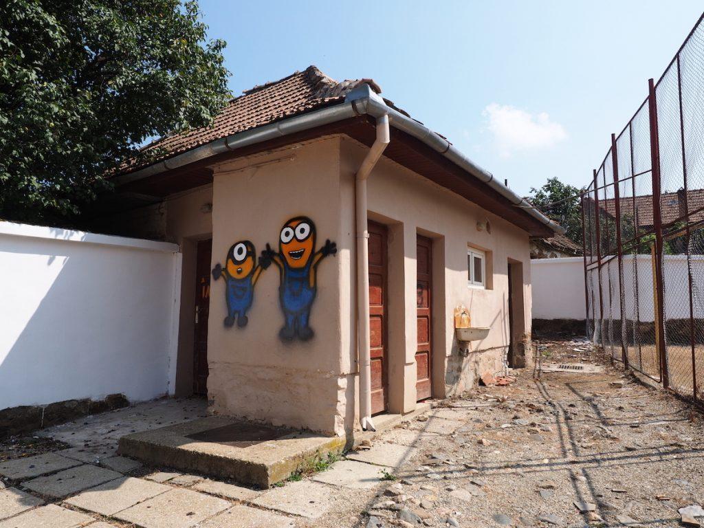 Școlile românești vor avea lifturi, dar toaletele în curte